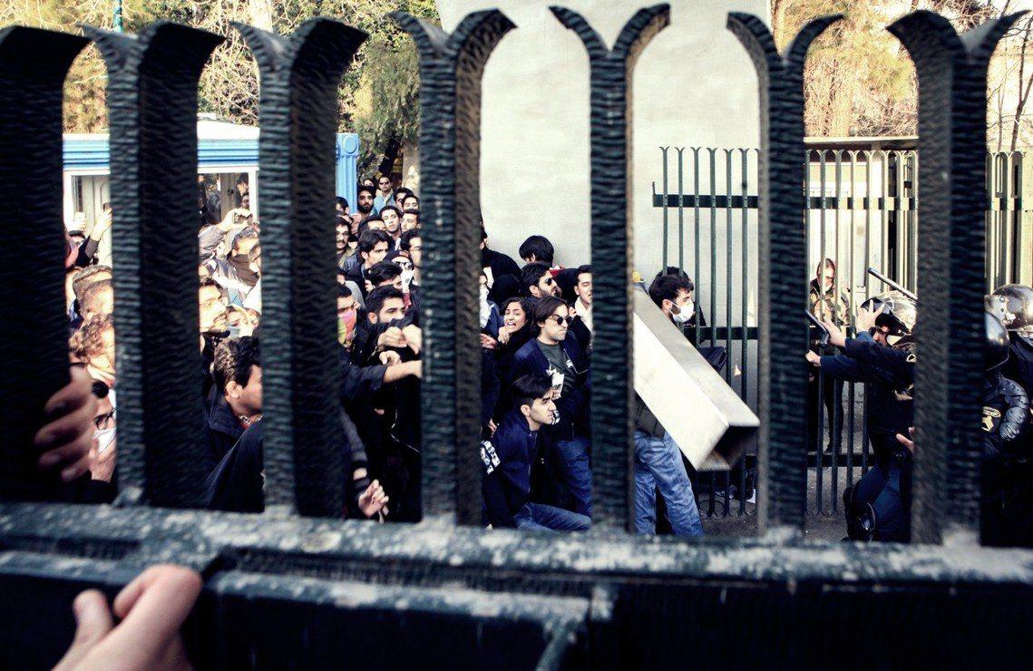 德黑蘭大學附近,反政府抗爭與鎮暴警察的相互衝鋒。 圖/歐新社
