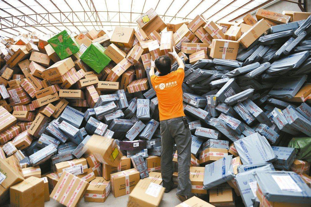 圖為電商購物節時快遞業者運送的包裹。 圖/聯合報系資料照片