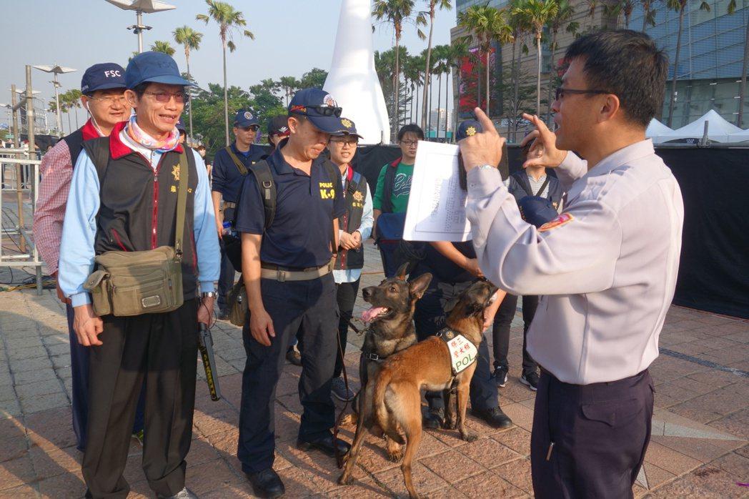 去年高雄夢時代跨年晚會現場,請保三總隊防爆犬支援會場安全檢查。圖/報系資料照