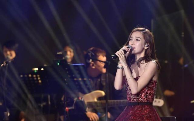 女星Angelababy30日晚間登上浙江衛視跨年晚會,現場演唱英文歌「離家五百