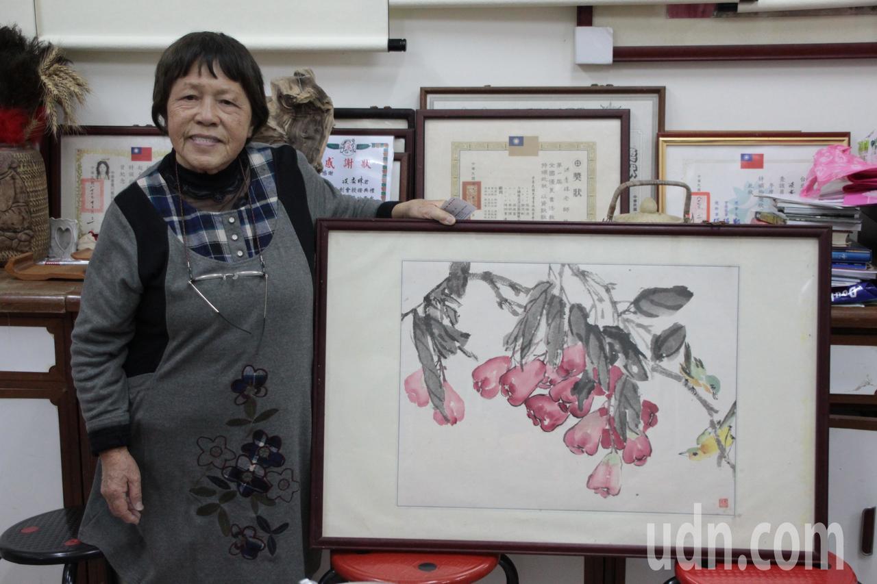 國畫教師洪秀珠,教畫逾40多年來每年辦畫展,如今已邁入81歲高齡,身體狀況不堪負...