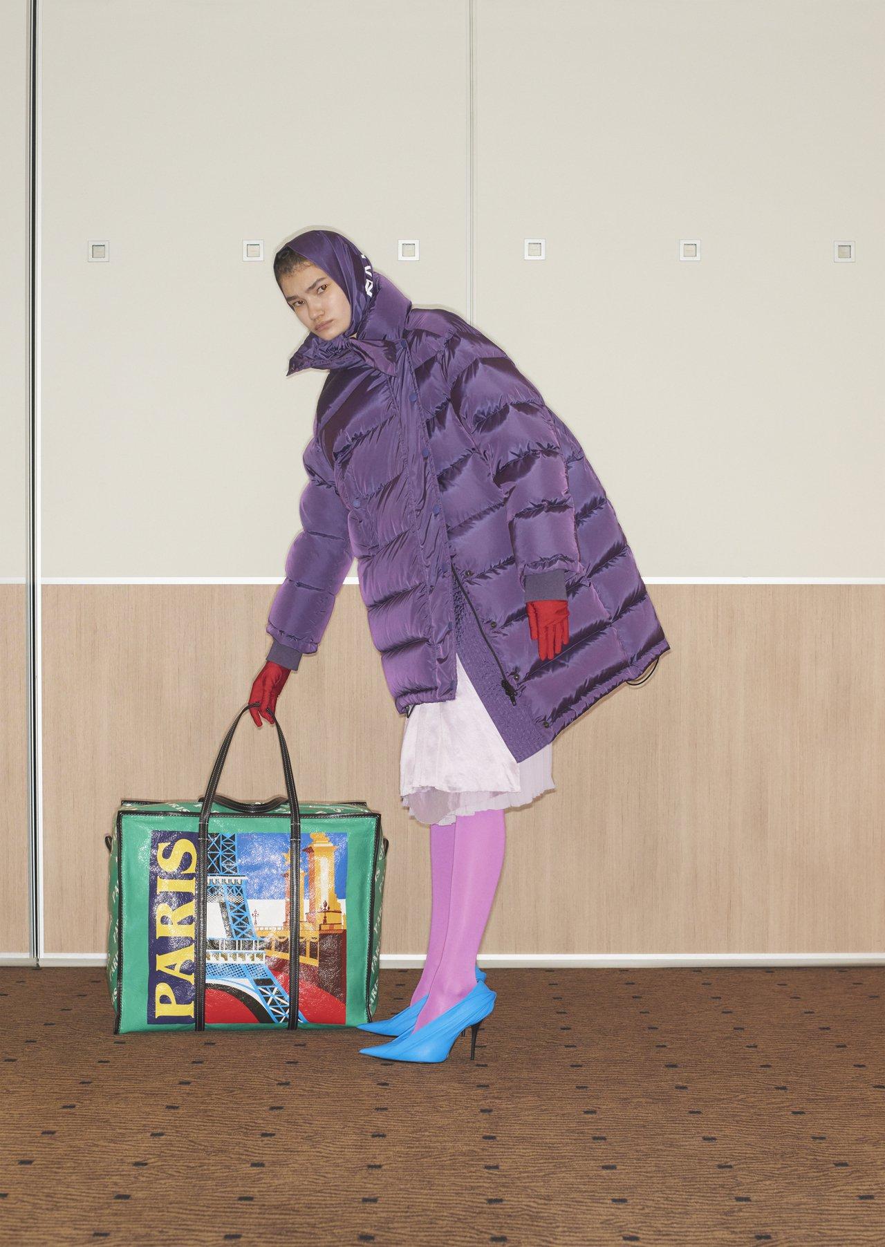 Balenciaga早春的一席羽絨大衣,同樣以帶有光澤感的紫色增添迷離神秘的氣息...