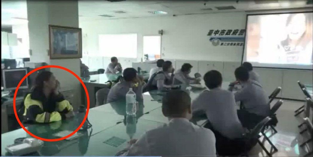台中市第二警分局永興所警員曾志忠,利用所內勤教時間,播放求婚影片,製造驚喜向女友...