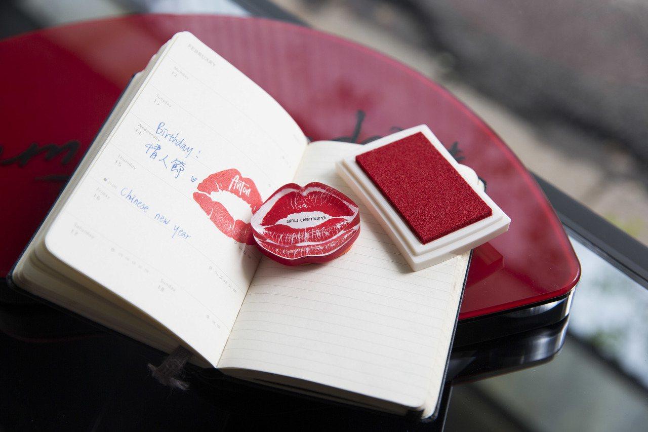植村秀特別在1月1日型色聚光唇萃上市當天,推出超級限量的「專屬刻字唇章」活動。圖...
