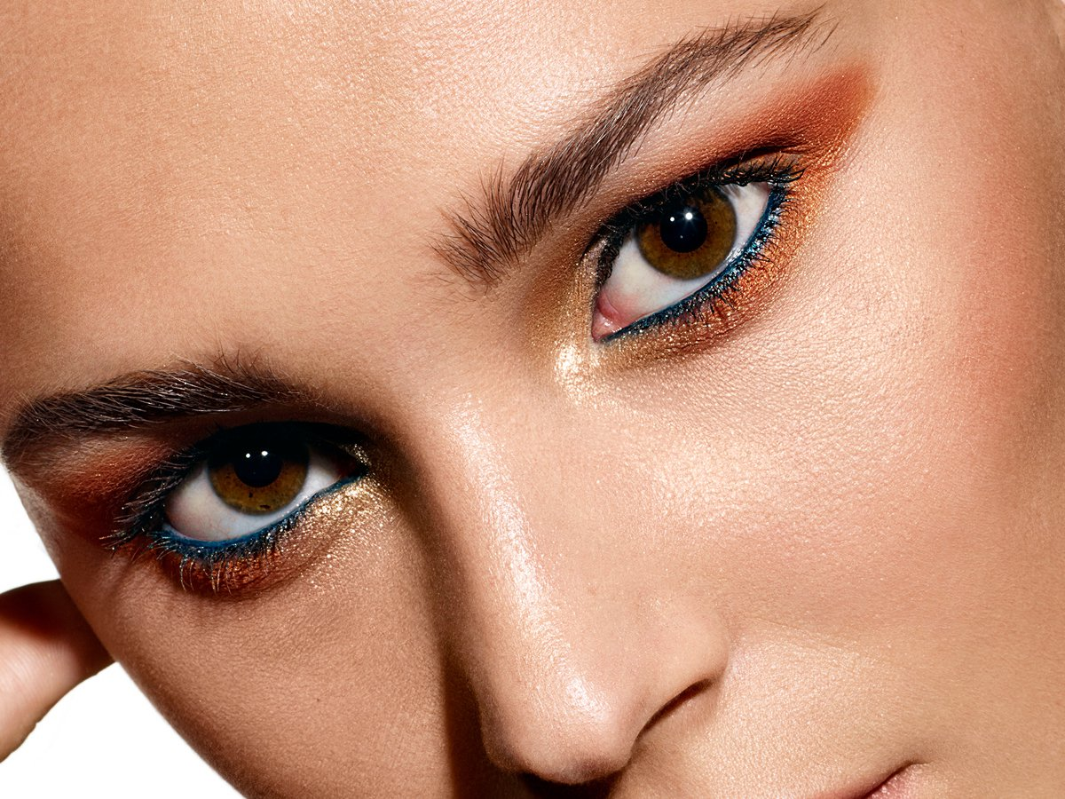 M‧A‧C全新推出限量的壞女孩眼頰盤,圖為以古銅橘棕色調組成的「淘氣小壞壞」妝容...