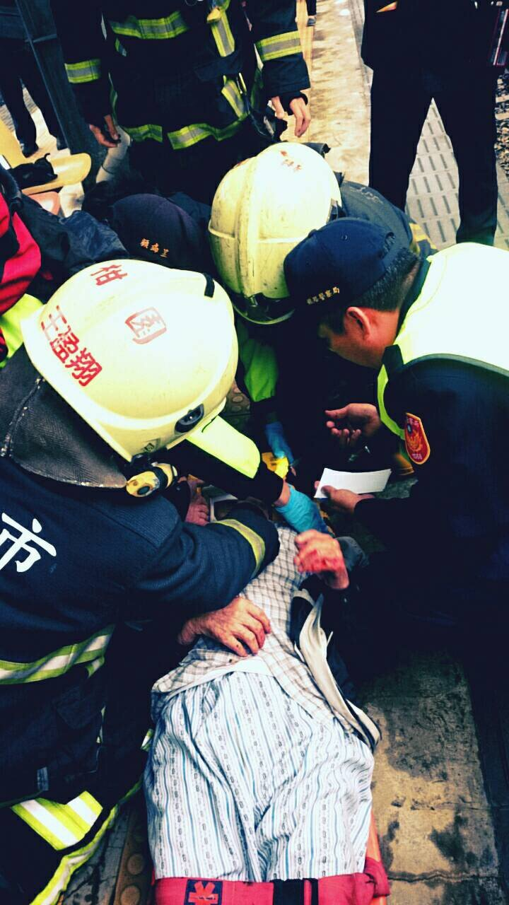 消防隊員和警方協助檢傷,連忙將老翁送醫。 記者林昭彰/翻攝