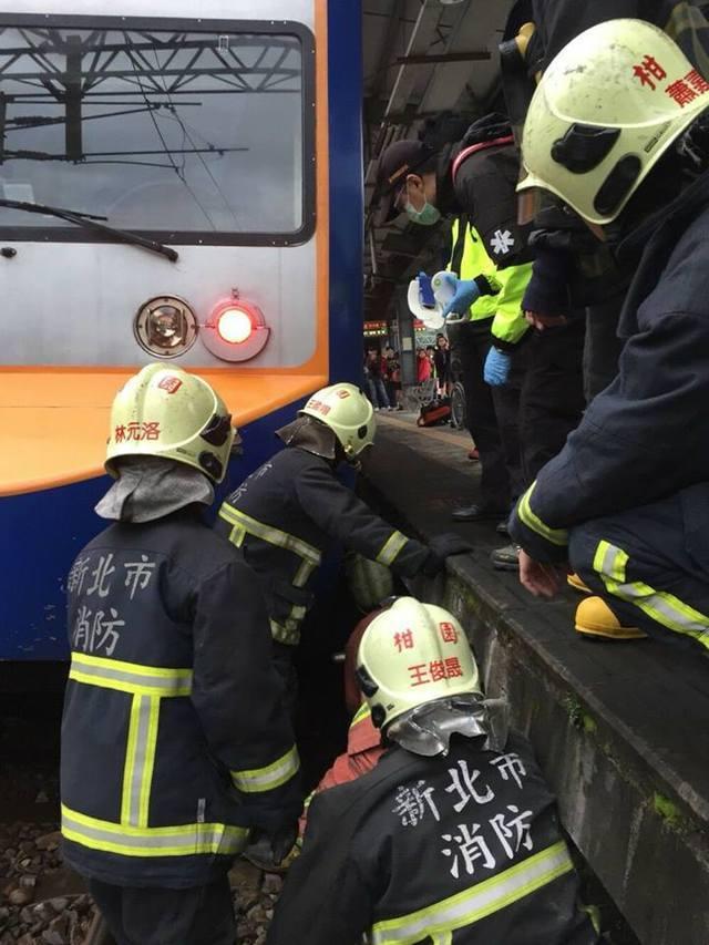 列車及時煞停,沒有輾過落軌老翁,消防隊員獲報趕抵將他搬上月台。 記者林昭彰/翻攝