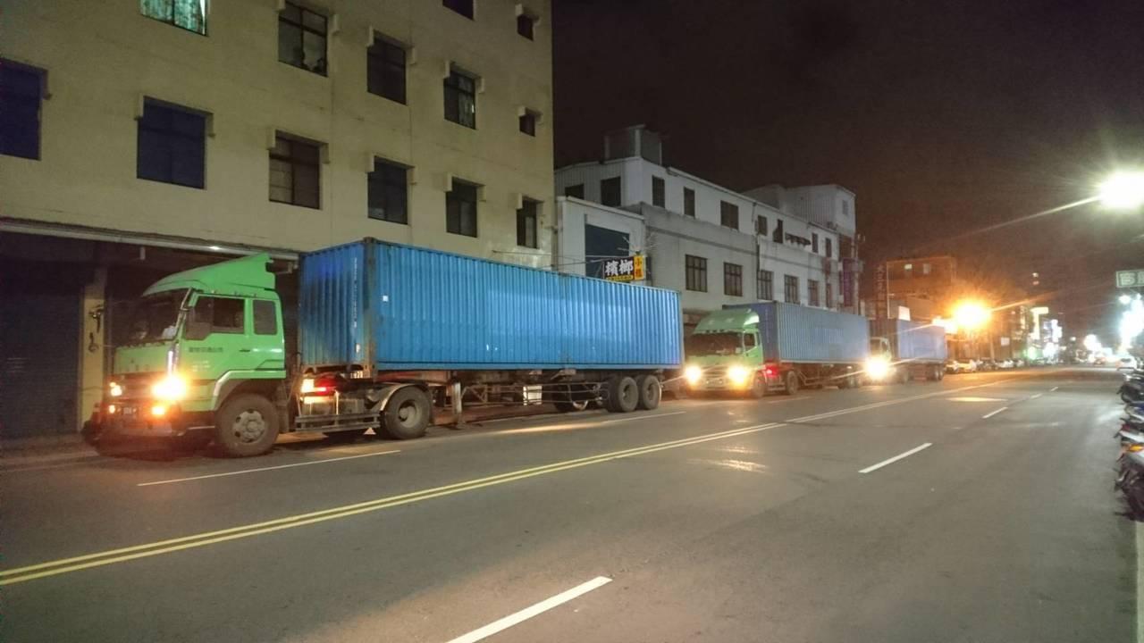 為了扣留這批贓物,新竹縣警方昨天深夜以聯結車運回,由於竹縣警察局無地方可存放,還...