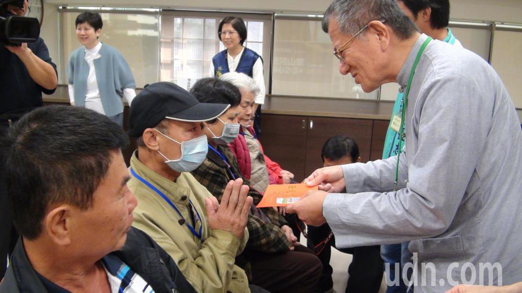 佛教正覺同修會及正覺教育基金會今天在高雄辦辦「雪中送炭」活動,為獨居弱勢長者、特...