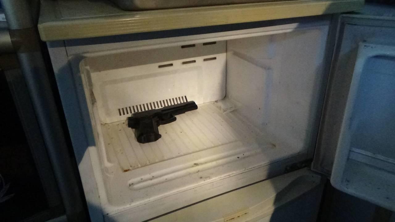 警方在林男住處冰箱找到一把BB槍。記者黃宣翰/翻攝