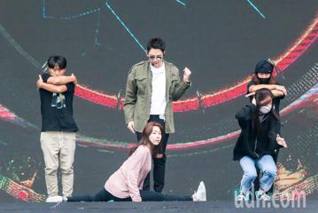 韓國著名男星Rain今天晚上即將在台北跨年晚會演出,下午頂著寒風加緊時間彩排,還從韓國帶舞群,希望能在大眾面前有完美演出。