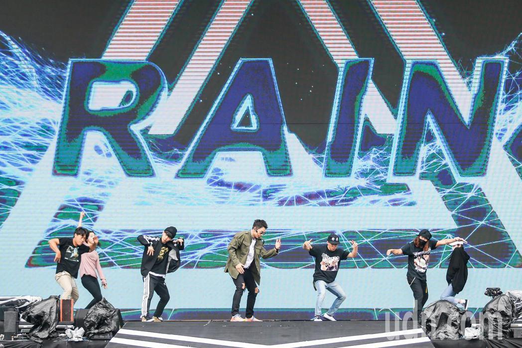 Rain(中)今天晚上即將在台北跨年晚會演出。記者鄭清元/攝影