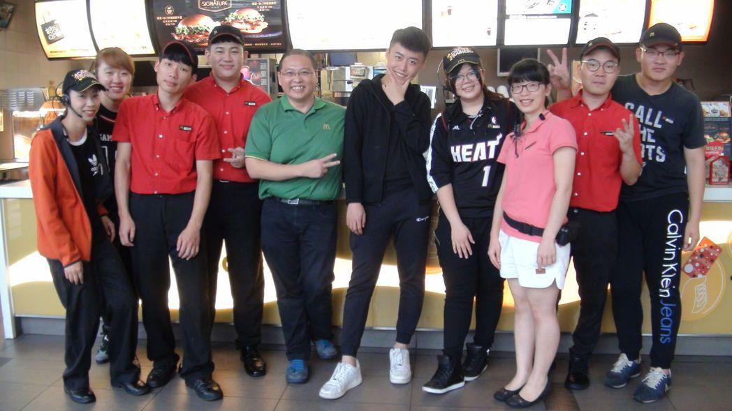 唐有建(左五)努力追尋屬於自己的麥當勞夢,他希望這家麥當勞不只賣漢堡,也賣人情味...