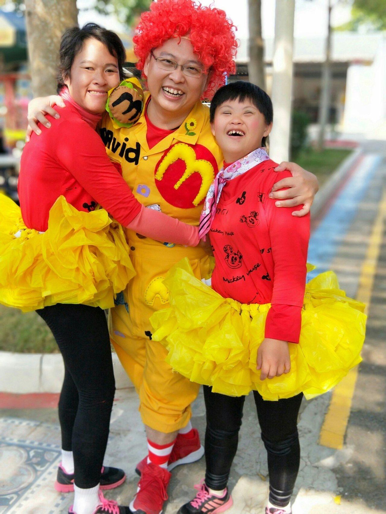 麥當勞吳鳳南餐廳是雲嘉嘉地區唯一的加盟店,加盟經營者唐有建(中)現年39歲,他對...