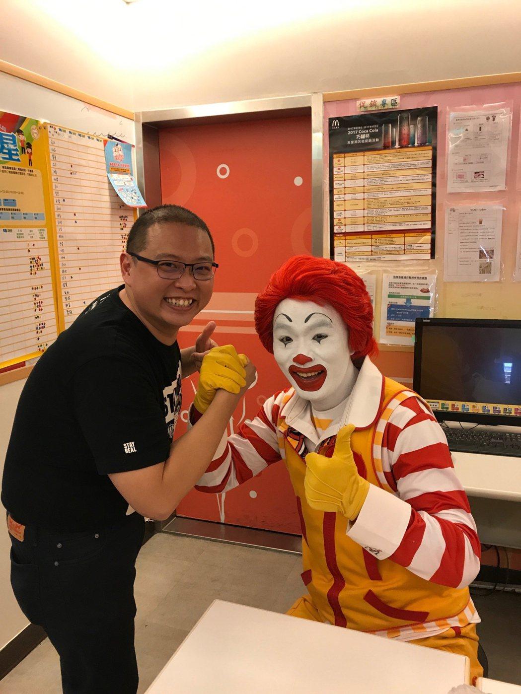 麥當勞吳鳳南餐廳是雲嘉嘉地區唯一的加盟店,加盟經營者唐有建(左)現年39歲,他對...