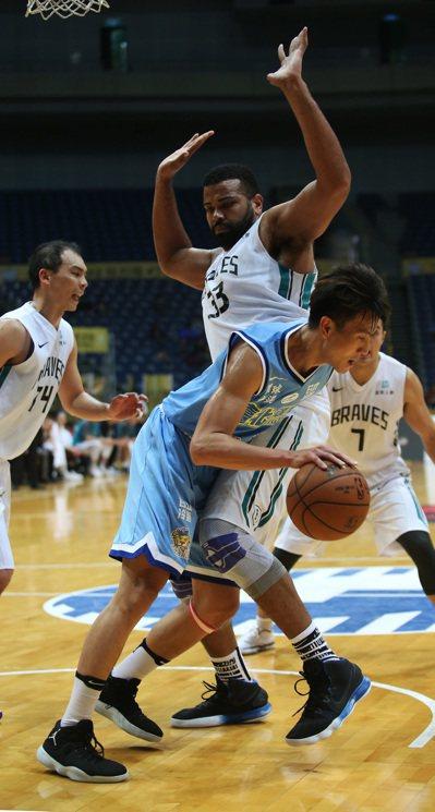 翁嘉鴻(前)本季首度先發就扮演達欣隊贏球奇兵。圖/中華籃球協會提供