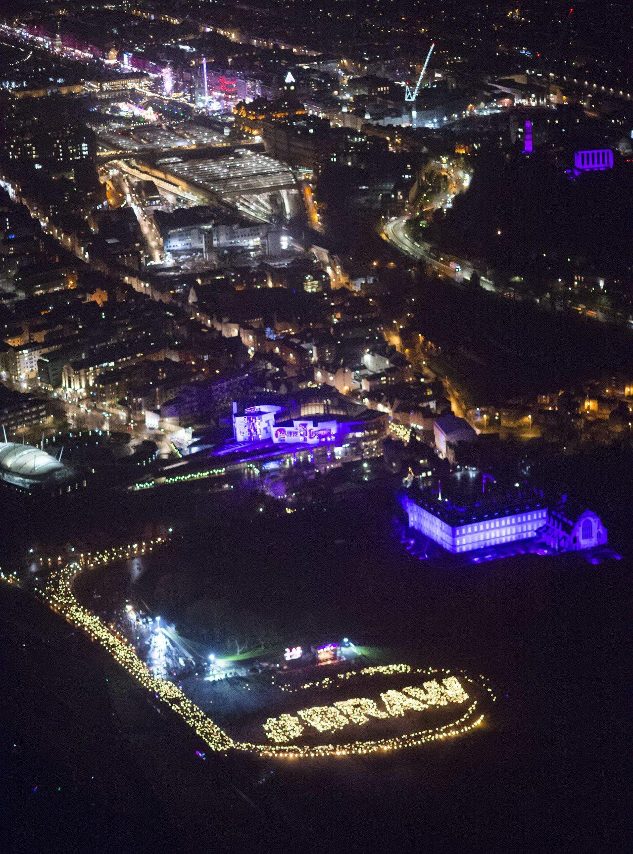 愛丁堡傳統跨年活動,火炬大遊行形成一條火龍,在夜色中格外壯麗。美聯社