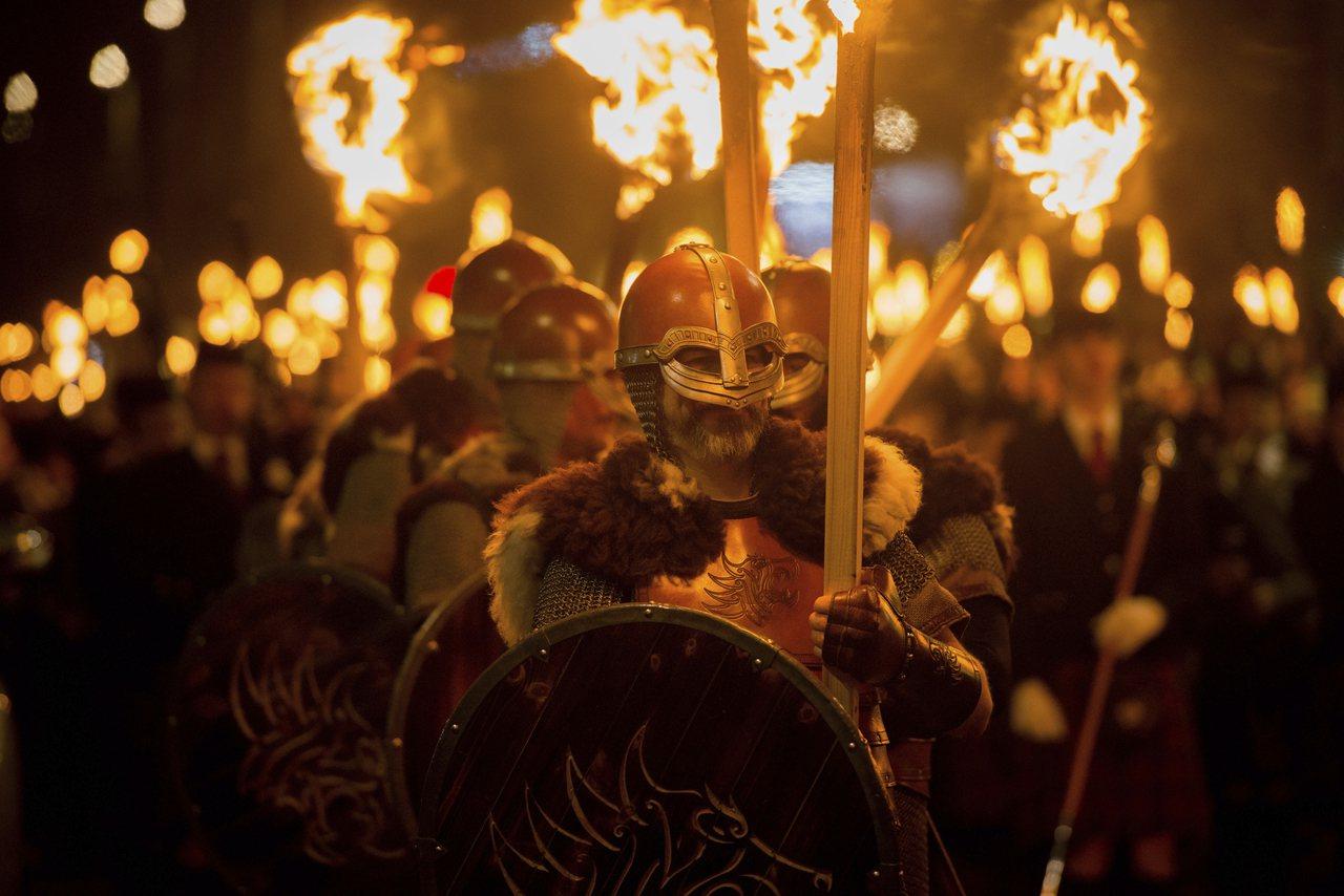 愛丁堡除夕跨年慶典,2萬人手持火炬遊行迎接新年。美聯社