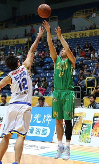 台啤隊張羽霖(右)替補出發拿下全場最高的16分,助隊止敗。圖/中華籃球協會提供