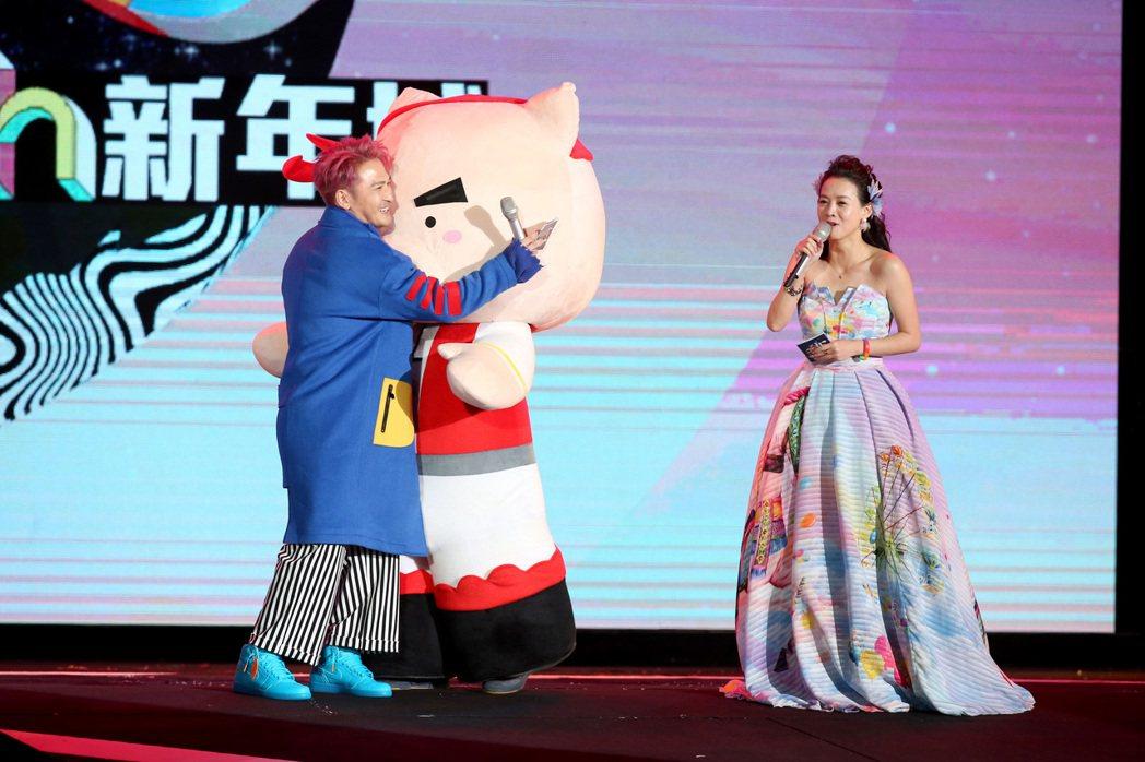 2018台北跨年晚會在台北市政府前舉行,KID林柏昇(左)與曾寶儀(右)擔任主持...