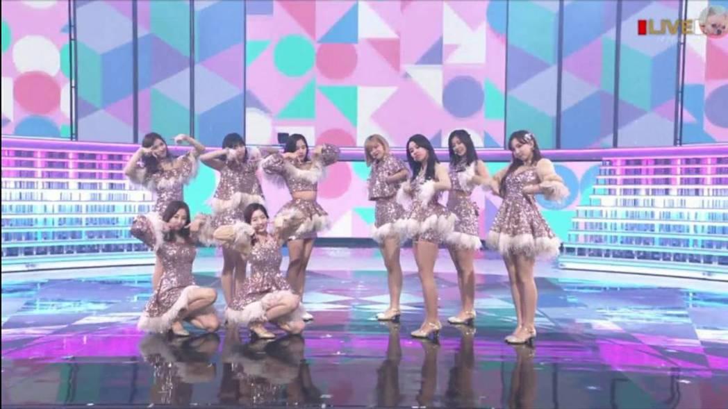 TWICE在「紅白」以粉嫩色調演出。圖/摘自NHK