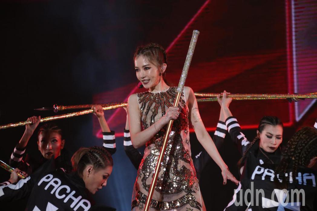 姐姐謝金燕今晚在桃園跨年場開唱。記者曾健祐/攝影