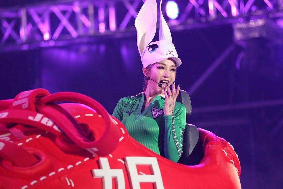 謝金燕戴兔耳開鞋車。圖/年代提供