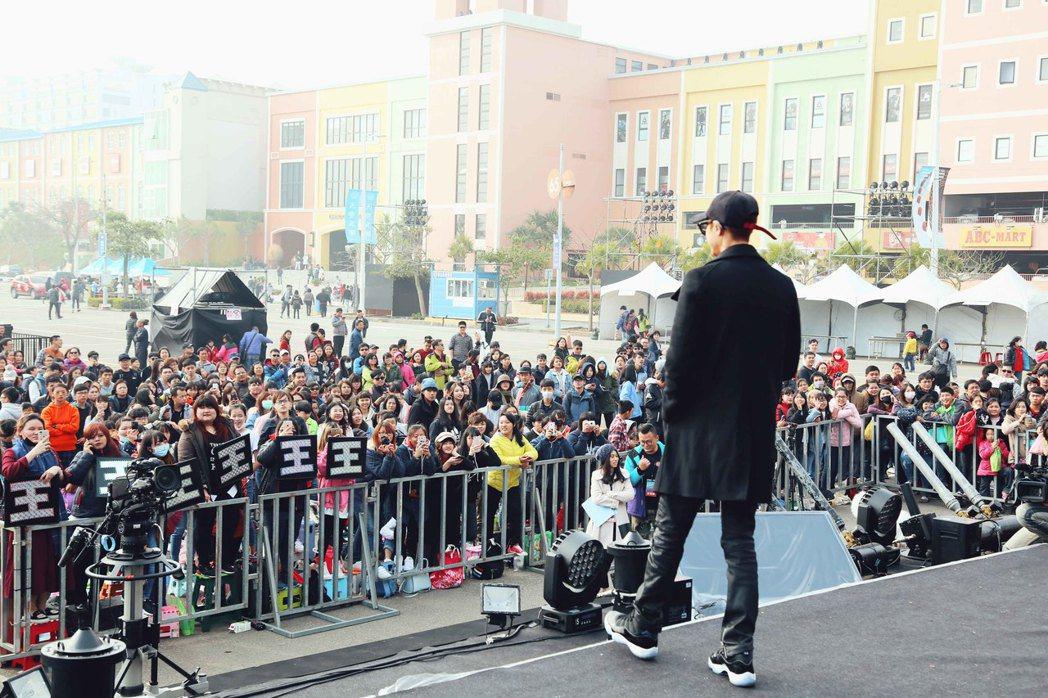 大批歌迷漏夜排隊等待王子登台。圖/華研國際提供