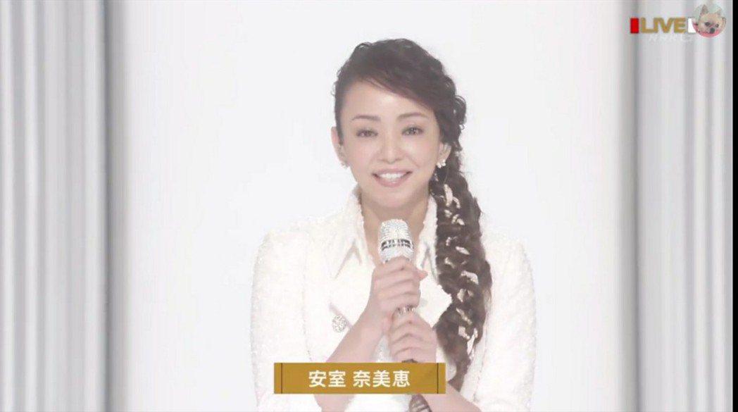 安室在獨立攝影棚連線。圖/摘自NHK
