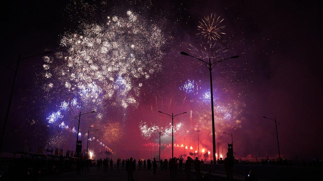 港珠澳大橋主體工程全線舉行亮燈儀式,並施放煙火。新華社