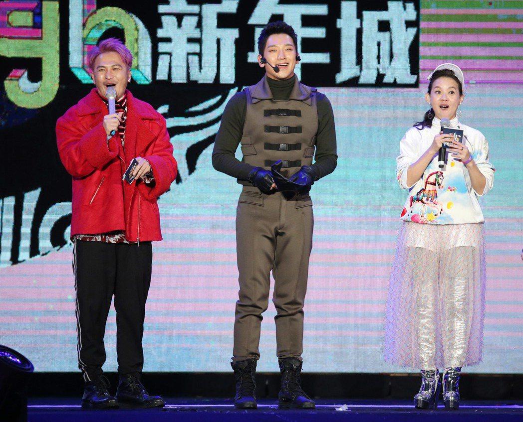 2018台北跨年晚會在台北市政府前舉行,韓流天王Rain(中)來台開唱,粉絲瘋狂...