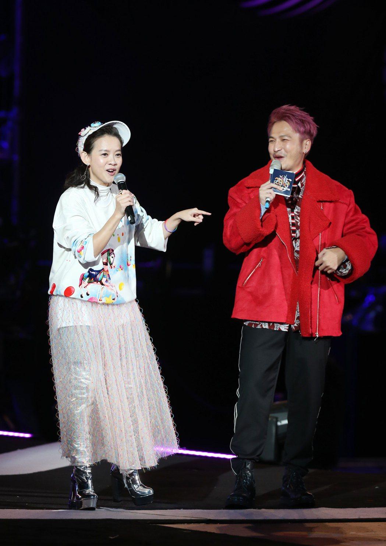 2018台北跨年晚會在台北市政府前舉行,KID林柏昇(右)與曾寶儀(左)擔任主持...