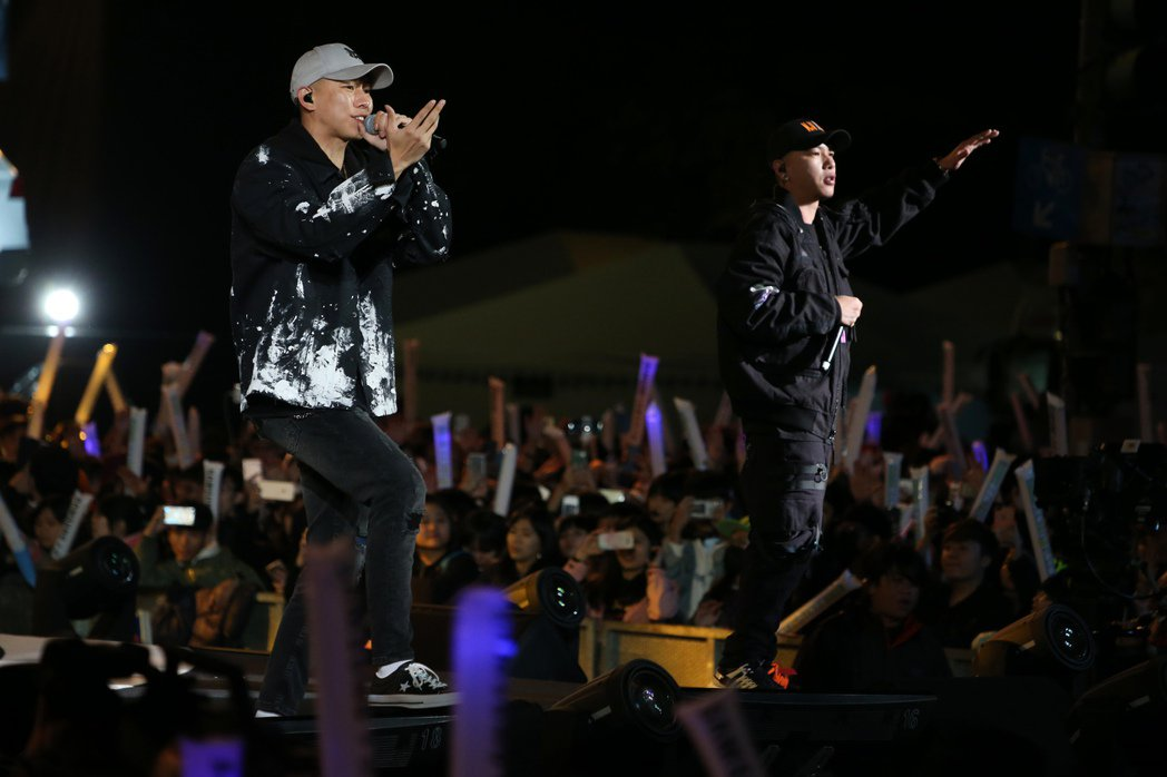 2018台北跨年晚會在台北市政府前舉行,頑童MJ116登場演出。記者陳立凱/攝影