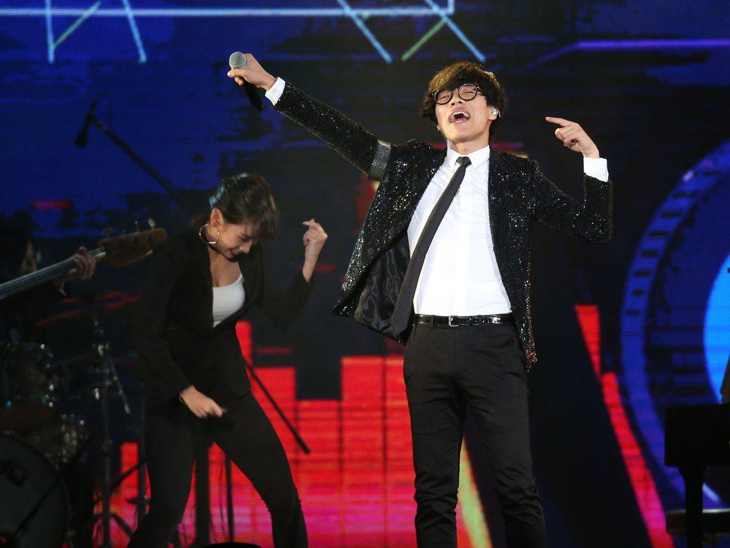 2018台北跨年晚會在台北市政府前舉行,盧廣仲擔任跨年倒數前演唱。記者陳立凱/攝...