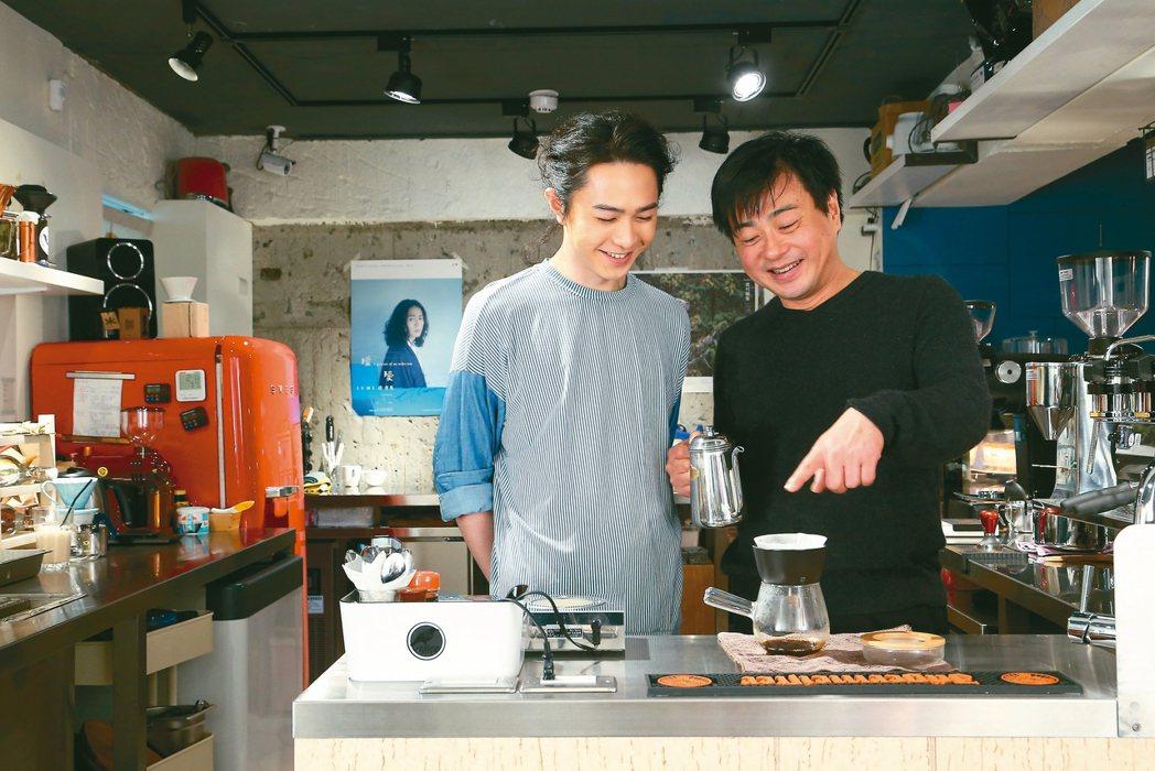 许悔之(右)与许含光都爱冲咖啡。 陈立凯/摄影