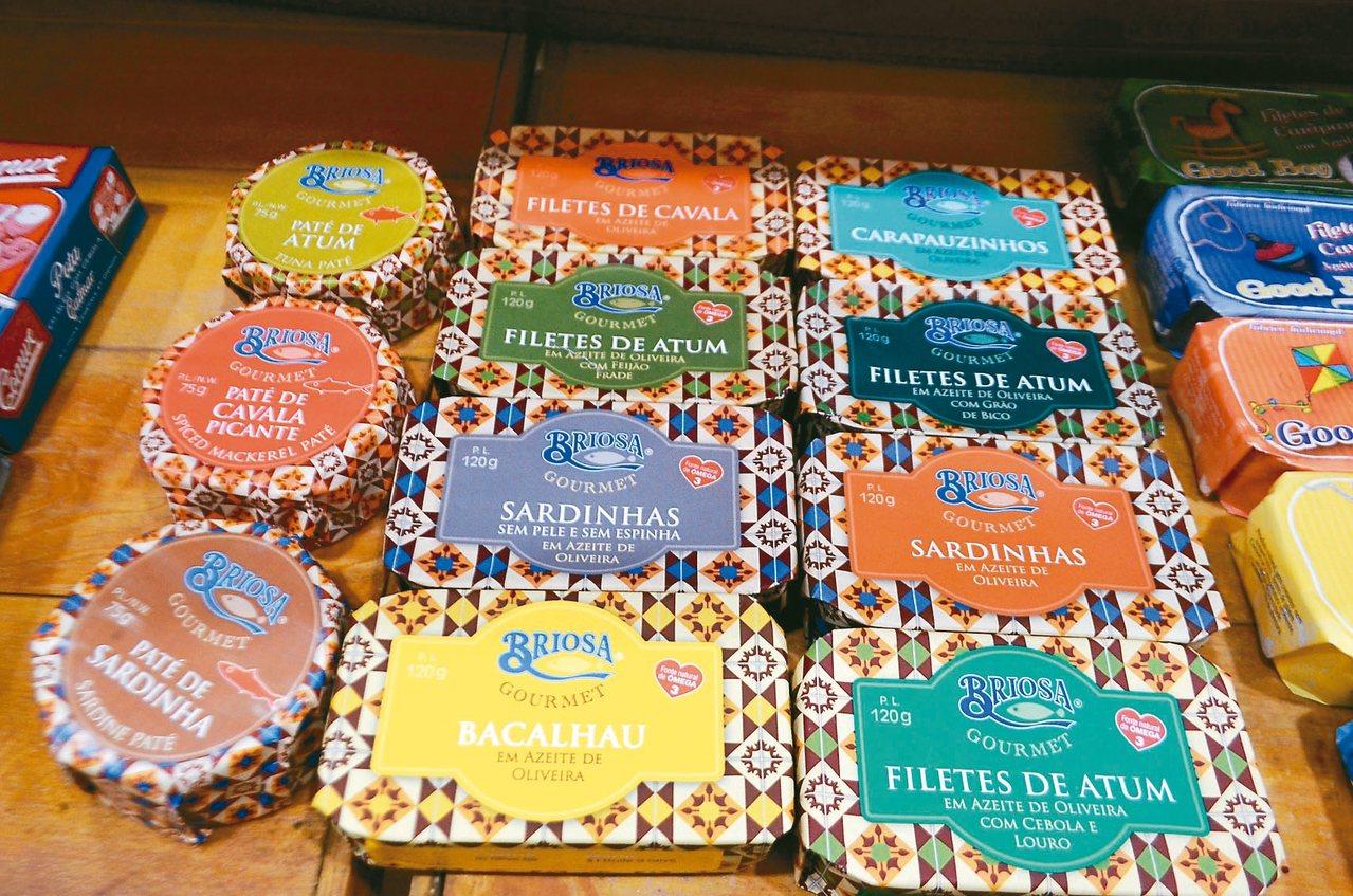 葡式辣魚罐頭最大特色就是外包裝色彩繽紛,濃濃的歐式風格。 記者魏妤庭/攝影