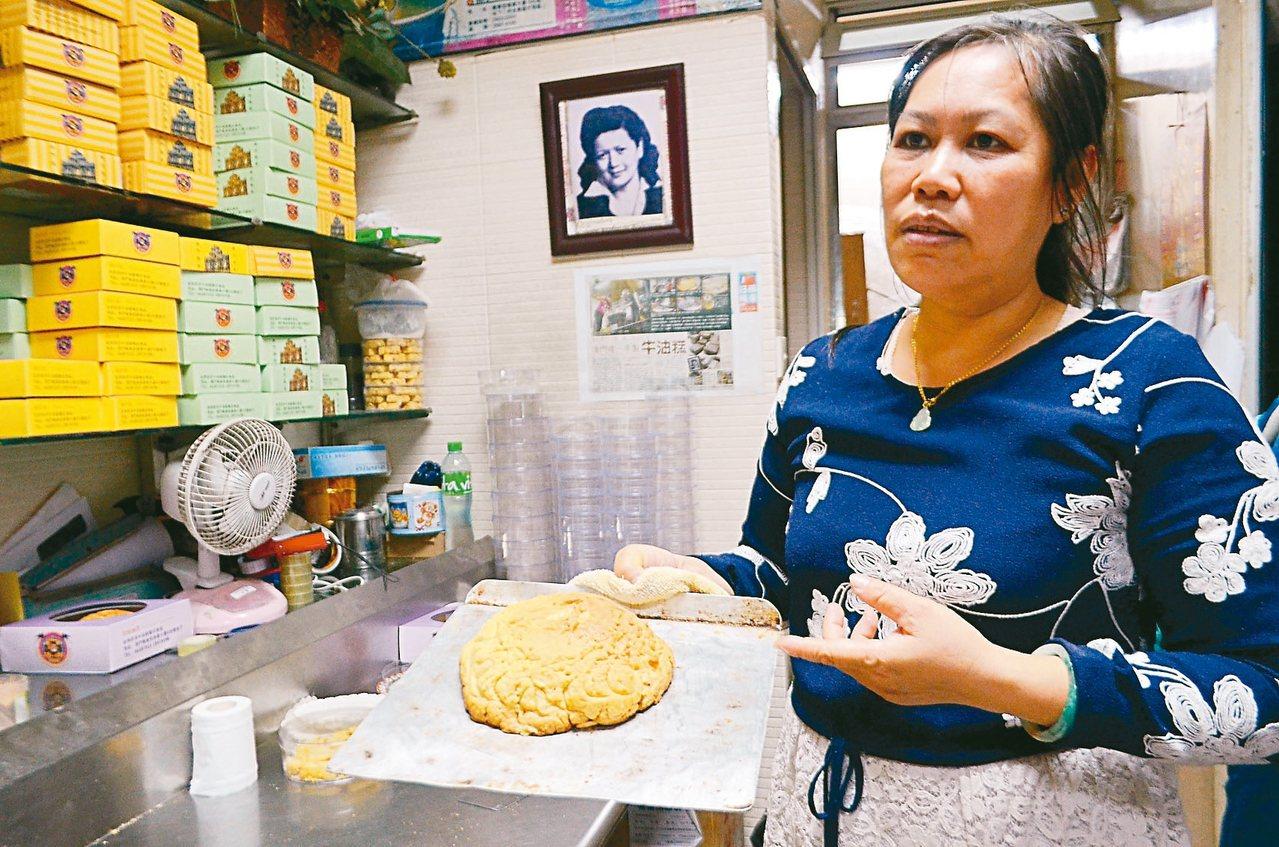 金燕西洋牛油糕葡式食品老闆娘現場分享面龜製作方式。 記者魏妤庭/攝影