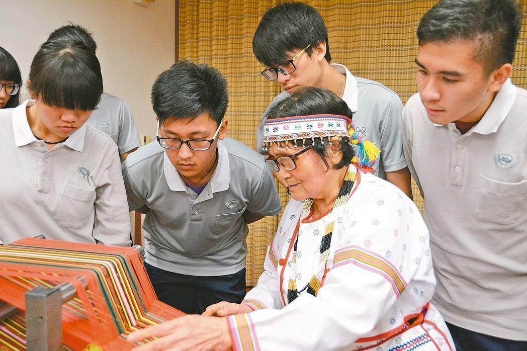 東華大學原住民民族學院院長浦忠成說,近年大學陸續設置超過30個原住民專班,可見目...