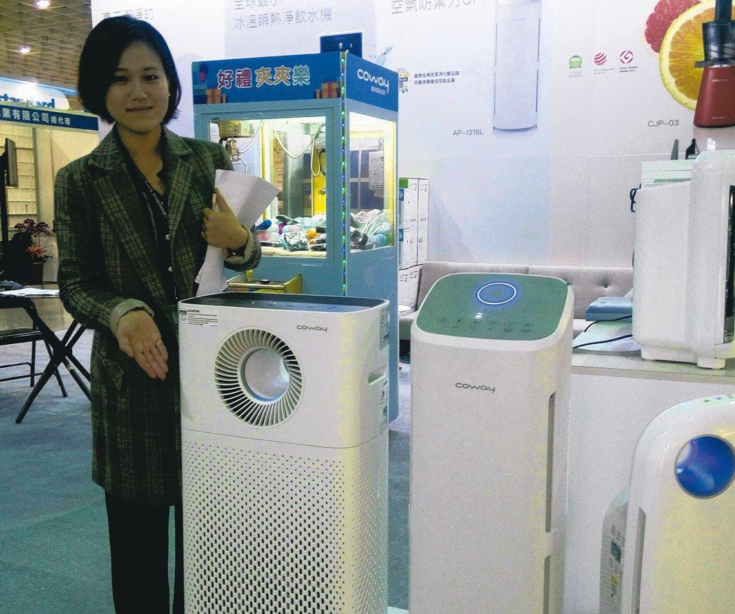 格威公司襄理宋幸錡介紹Coway綠淨力空氣清淨機。 黃訓正/攝影