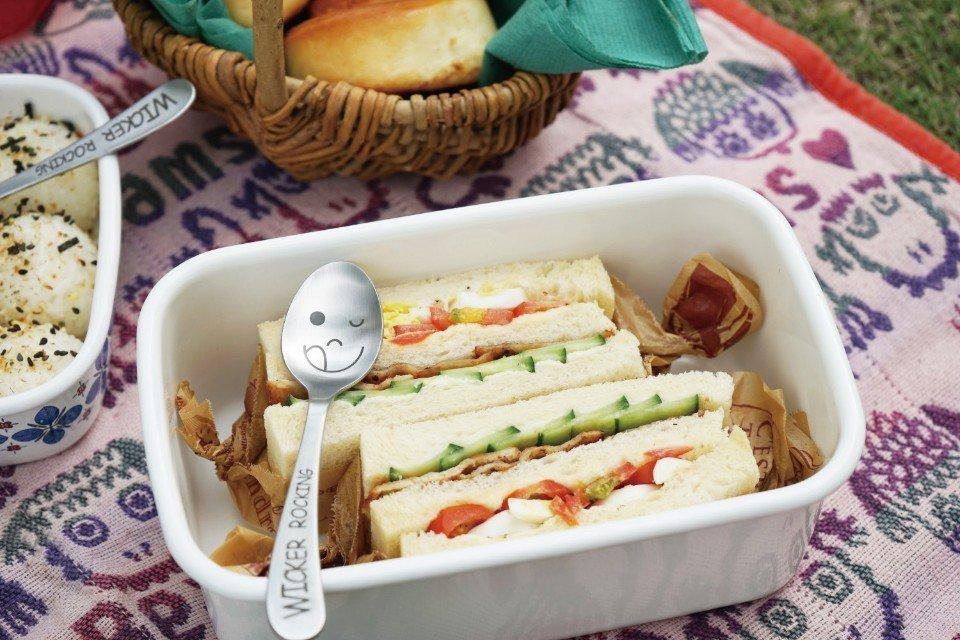 跟著親子露營達人劉太太,一起來做簡單的野炊料理。(圖片來源/《劉太太和你露營趣》...
