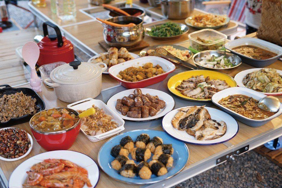 在戶外露營時,全家一起享用美味野炊料理,幸福又滿足。(圖片來源/《劉太太和你露營...
