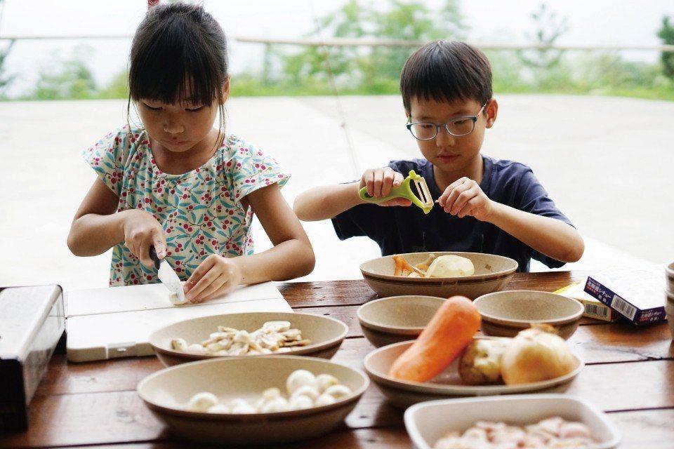 孩子是最佳的料理小幫手。(圖片來源/《劉太太和你露營趣》)