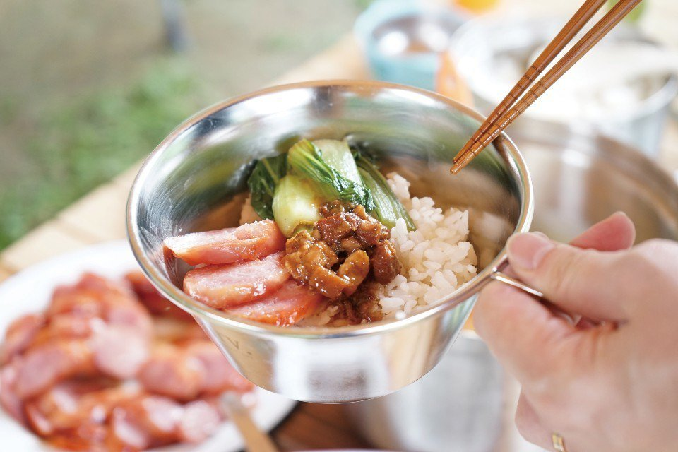 在露營時,用瓦斯爐煮白米飯,簡單又方便。(圖片來源/《劉太太和你露營趣》)