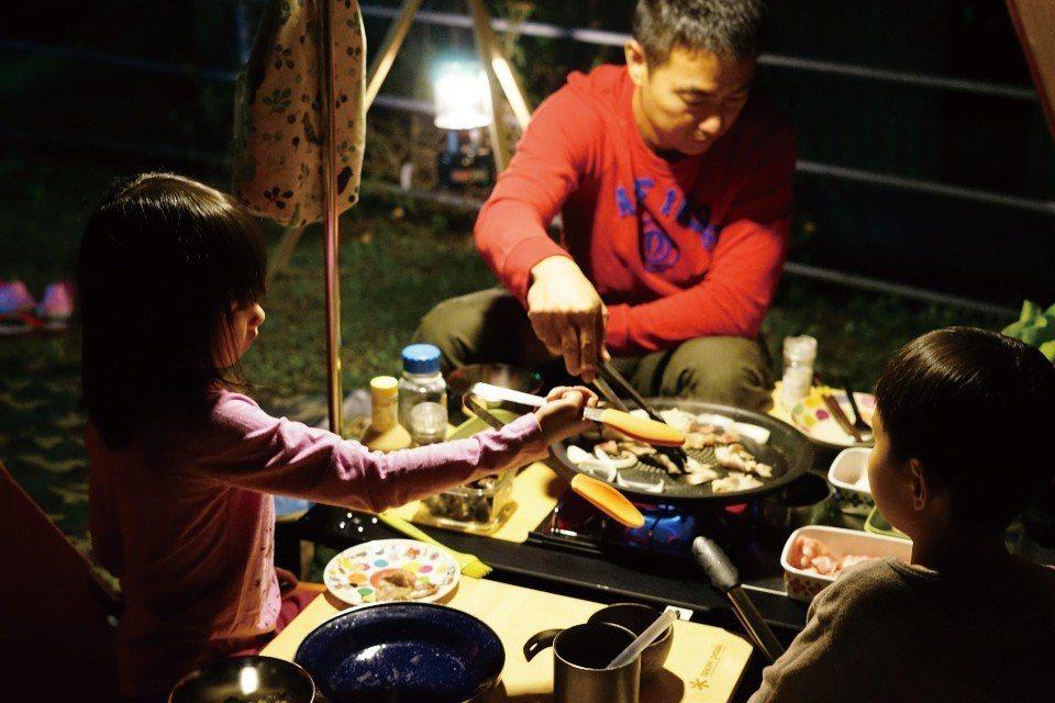 大家圍在一起吃鐵板烤肉,幸福又溫馨。(圖片來源/《劉太太和你露營趣》)