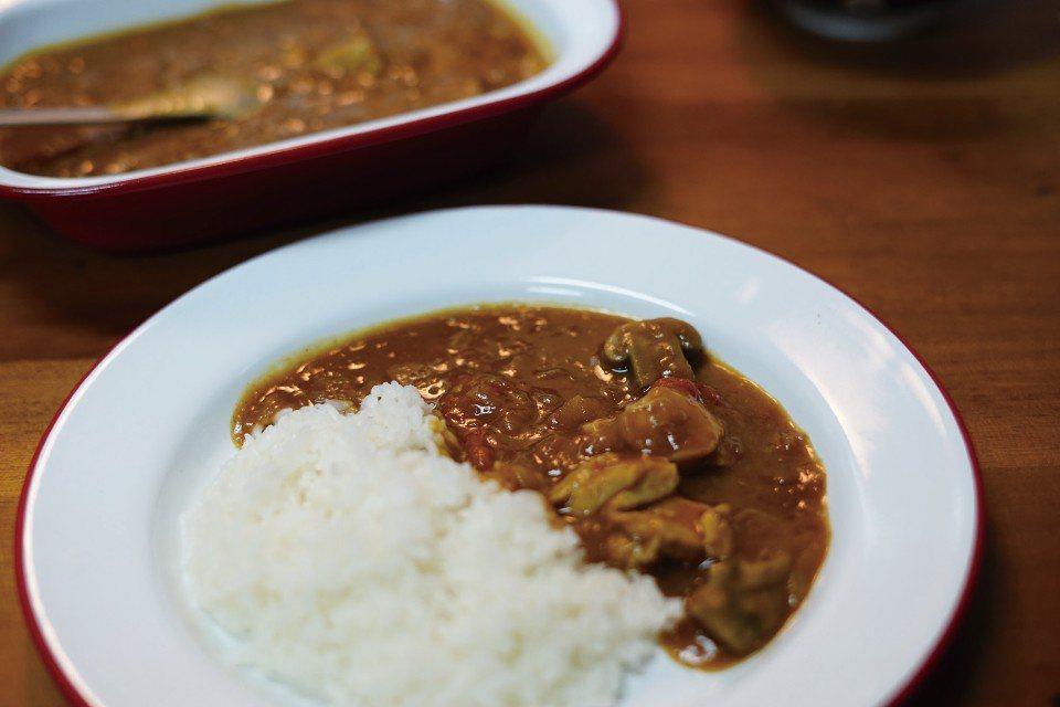 劉太太特製的蕃茄蘋果牛肉咖哩。(圖片來源/《劉太太和你露營趣》)