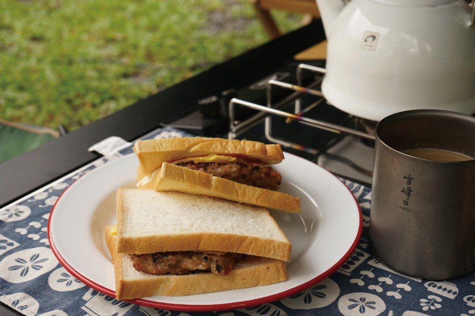 早晨在戶外享用美味的肉蛋吐司,開啟美好的一天。(圖片來源/《劉太太和你露營趣》)