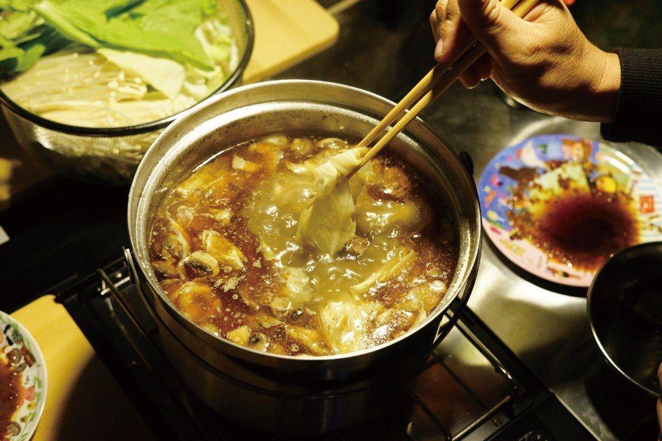 冬天最適合吃薑母鴨,熱呼呼的湯頭讓全身都暖和起來了!(圖片來源/《劉太太和你露營...