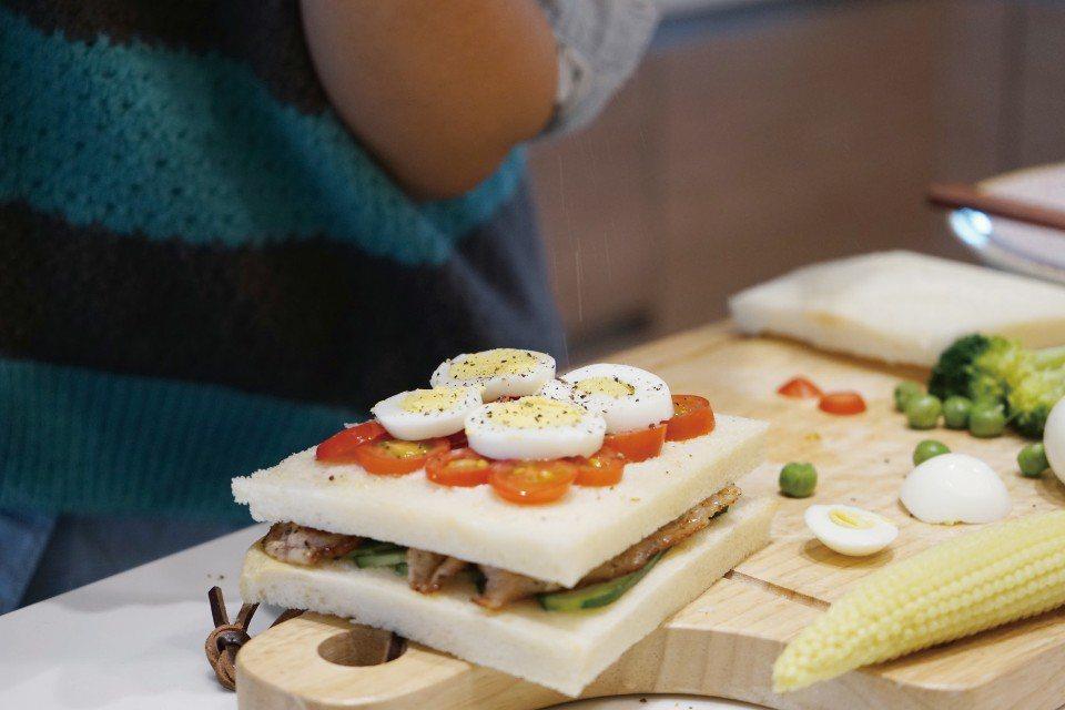 和孩子一起動手做三明治,留下美好的親子回憶。(圖片來源/《劉太太和你露營趣》)