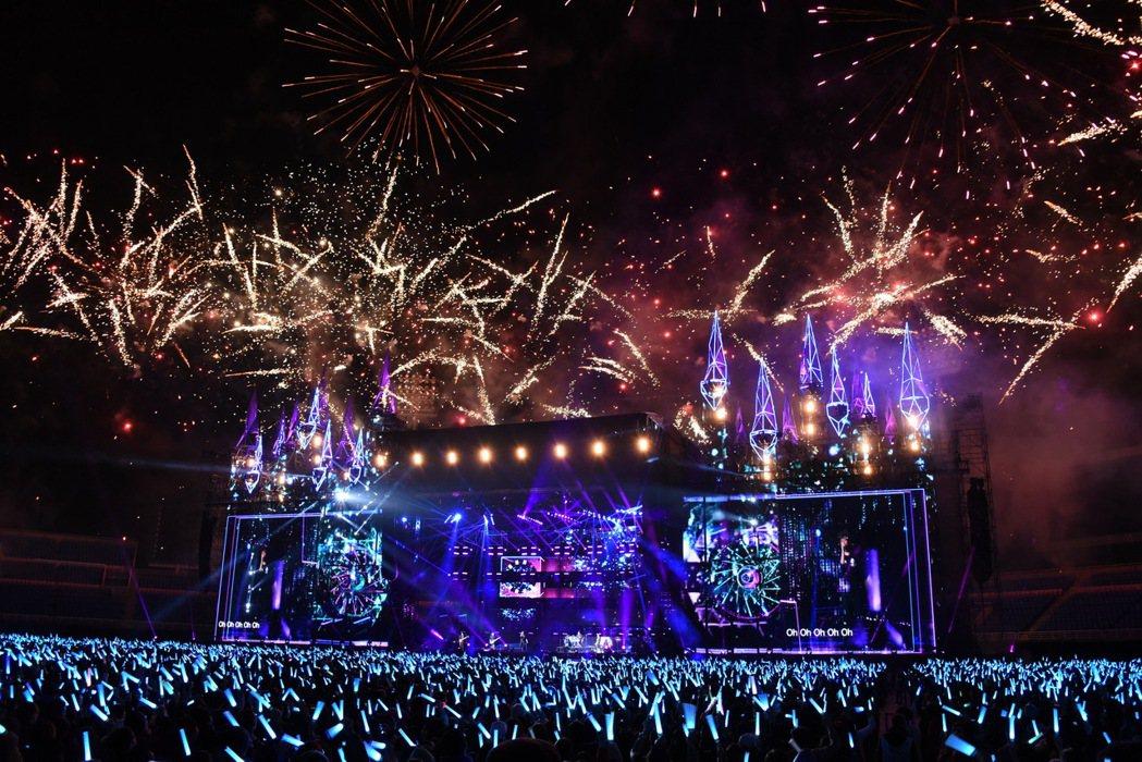 五月天跨年夜在桃園開唱,號召歌迷丟彩帶,現場也施放煙火,相當漂亮。記者梅衍儂/攝...