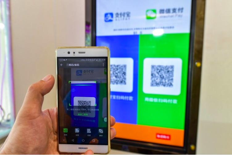 2017年,中國大陸互聯網高速發展,高鐵、支付寶、共享單車、網購成為外國人眼中的...